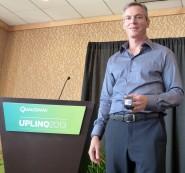 Paul Jacobs, CEO de Qualcomm, nos mostraba su nueva creación durante el encuentro con medios de comunicación