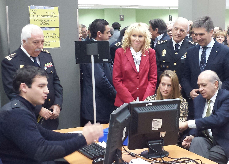 El ministro del Interior junto a la nadadora olímpica Mireia Belmonte, a quien se le ha expedido el primer nuevo DNI 3.0