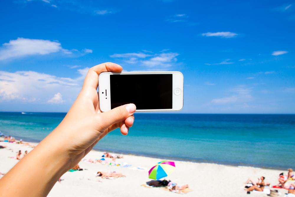 Fuente-Shutterstock_Autor-Diana Indiana_verano-vacaciones-playa-telefono-smartphone
