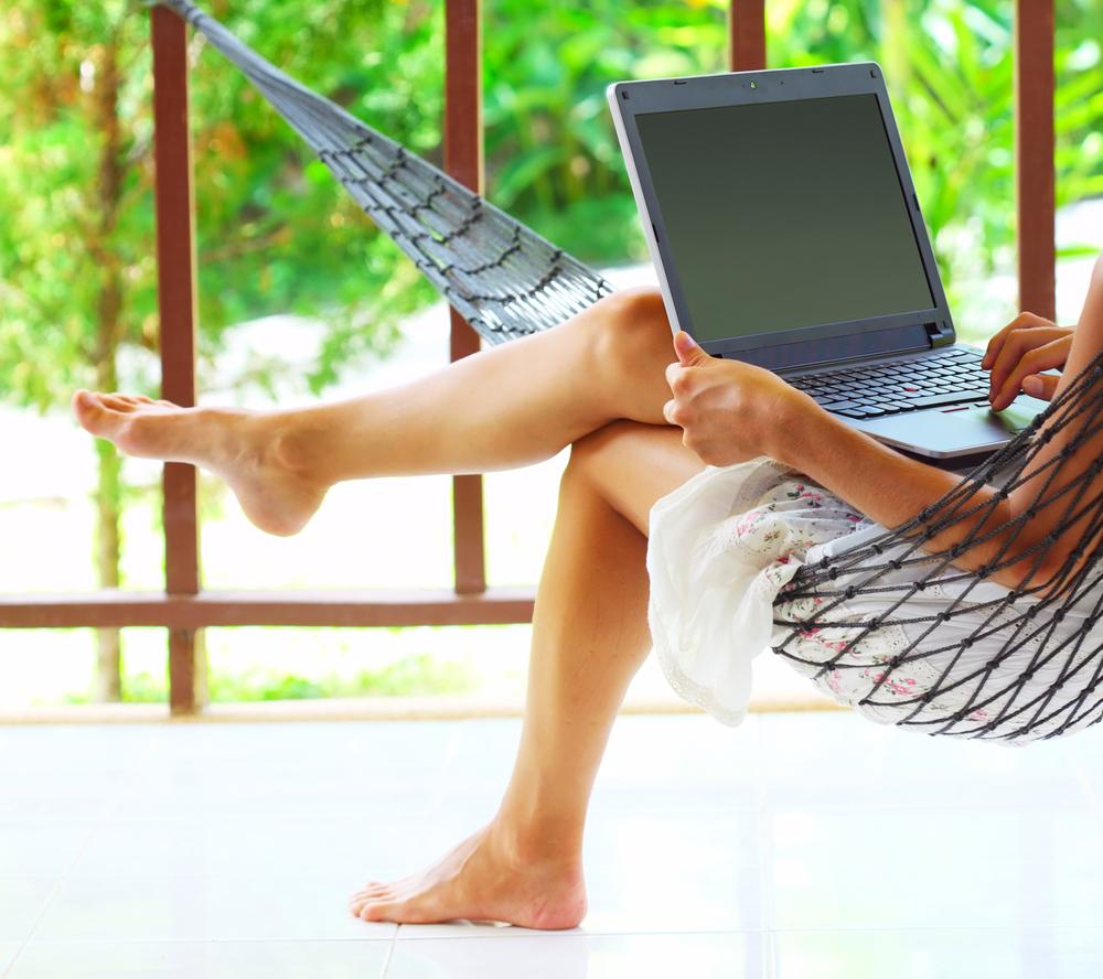 Fuente-Shutterstock_Autor-Dudarev Mikhail_verano-portatil-ordenador-vacaciones
