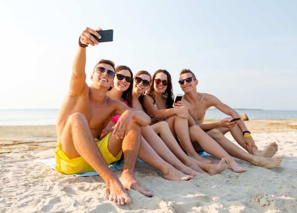 Fuente-Shutterstock_Autor-Syda Productions_verano-vacaciones-playa-selfie-smartphone-telefono