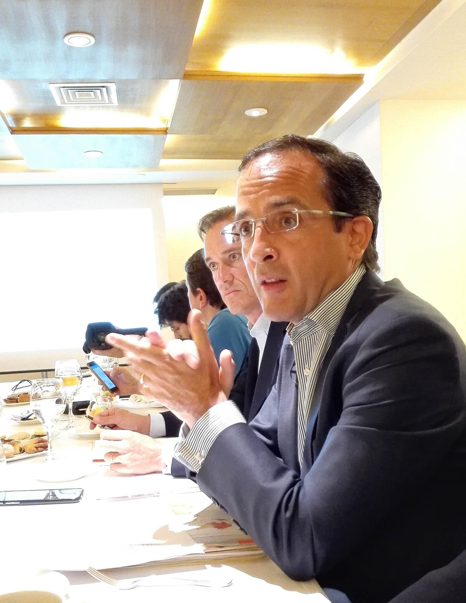 Samuel Muñoz, director de la Unidad de Negocio Residencial de Orange, en un momento del encuentro con los medios de comunicación