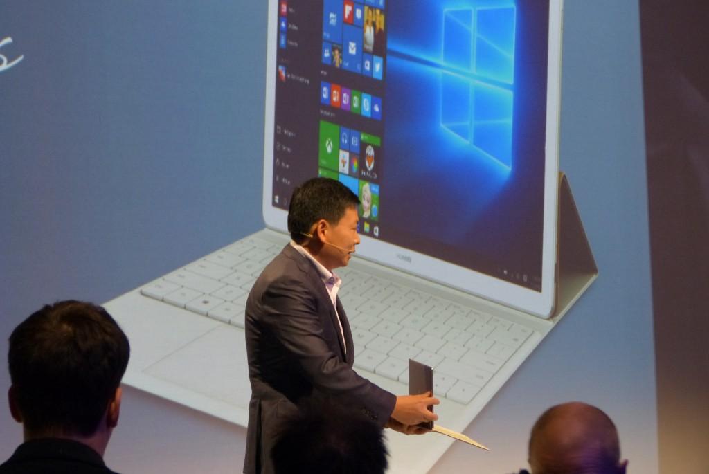 Richard Yu, CEO de Huawei Consumer Business Group, mostrando por primera vez el Huawei MateBook