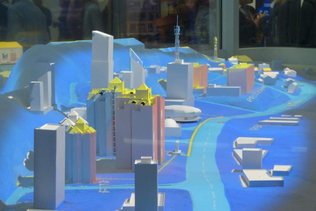 Esta edición del MWC16 está plagada de demostraciones sobre las ciudades inteligentes, como este gigantesco holograma en el stand de Huawei