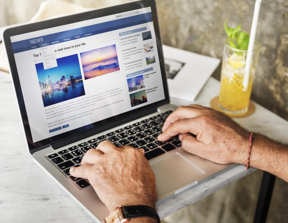 Un internauta navega con su portátil por una página de noticias