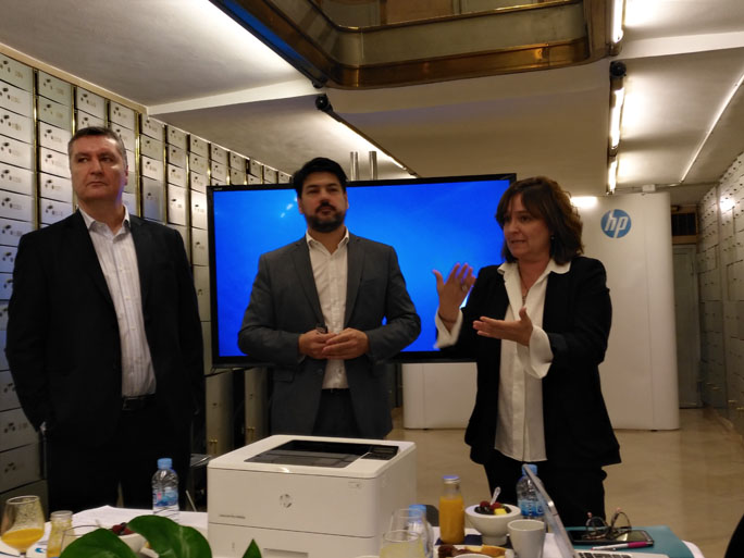 De izquierda a derecha: José Luis Arranz, director de Comunicación de HP Iberia; Melchor Sanz, director de Tecnología de HP España y Montse Serra, directora general de Servicios y Soluciones de HP Iberia; durante el encuentro con los medios de comunicación