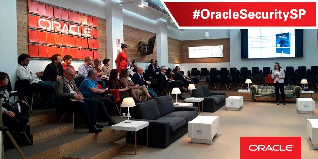 Silvia Barrera, inspectora de la Unidad de investigación Tecnológica del Cuerpo Nacional de Policía, acompañó a los ponentes de Oracle para hablar de la seguridad y privacidad en Redes Sociales.