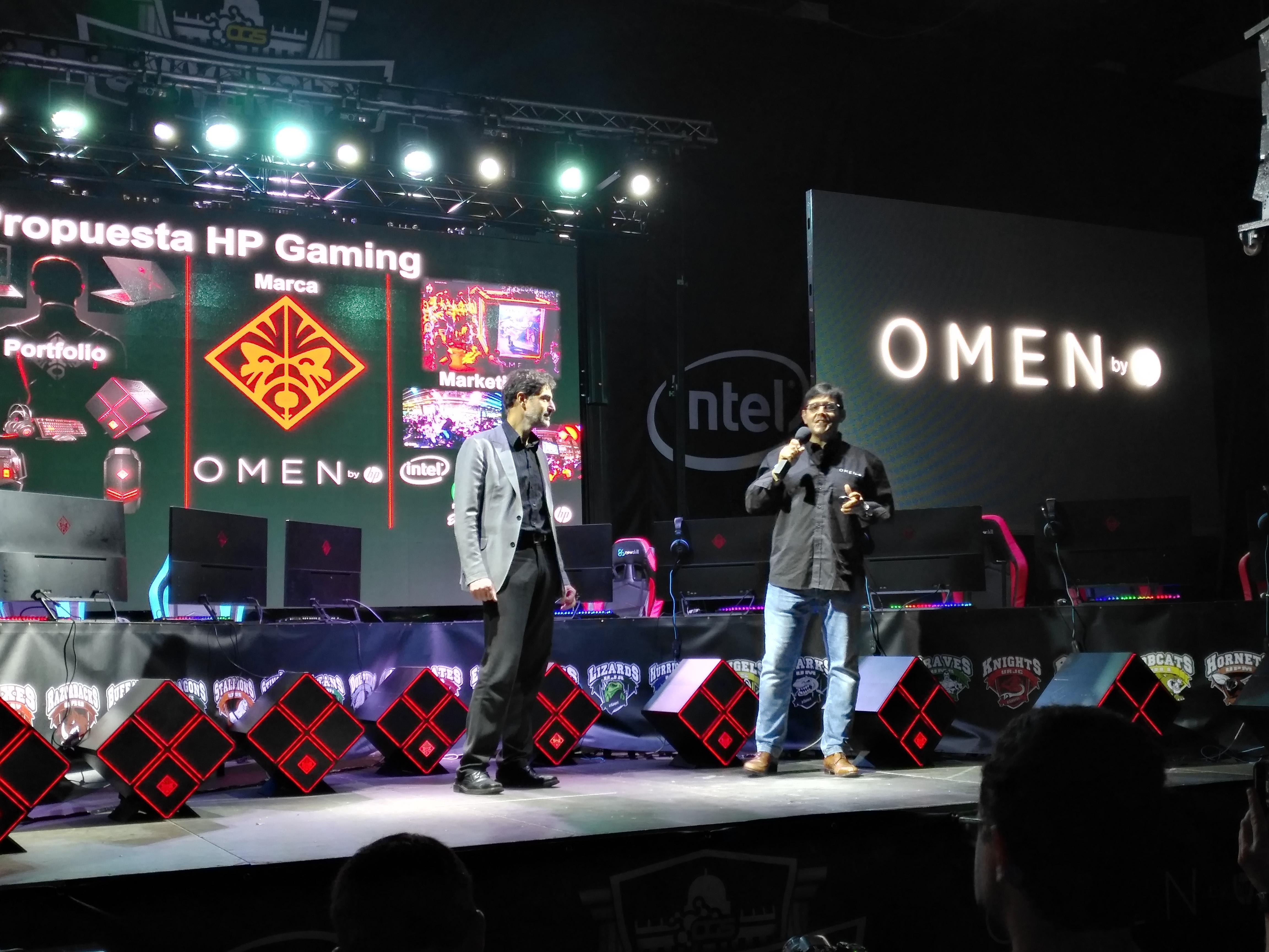 A la derecha, Salvador  Cayón, director de Consumo de HP España, junto a Carlos Clerencia, director general de Intel España (izquierda), durante la presentación a los medios de la nueva línea OMEN