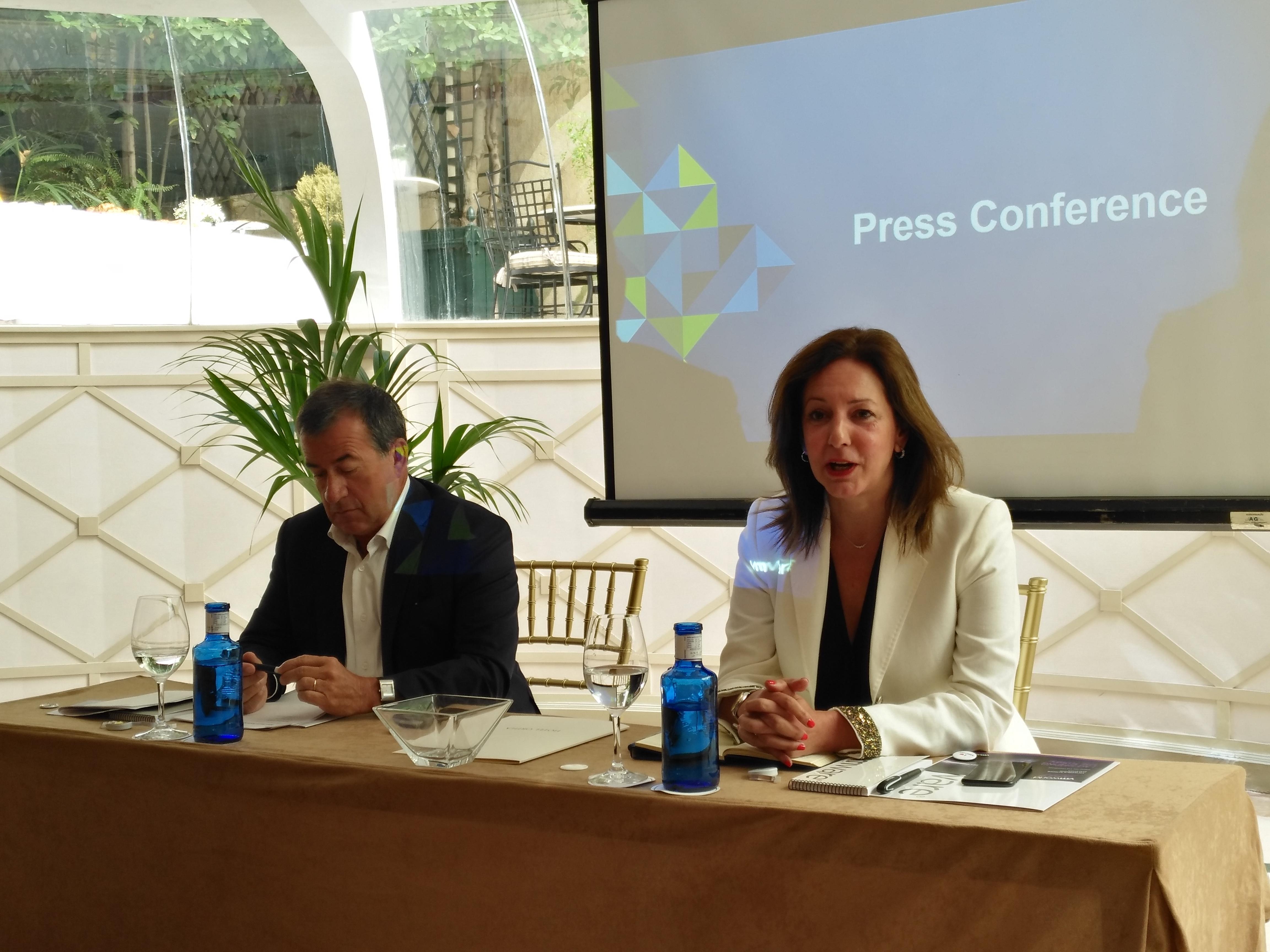 Jean Pierre Brulard, director general de VMware EMEA y María José Talavera, directora general de VMware Iberia, durante el encuentro celebrado con la prensa especializada