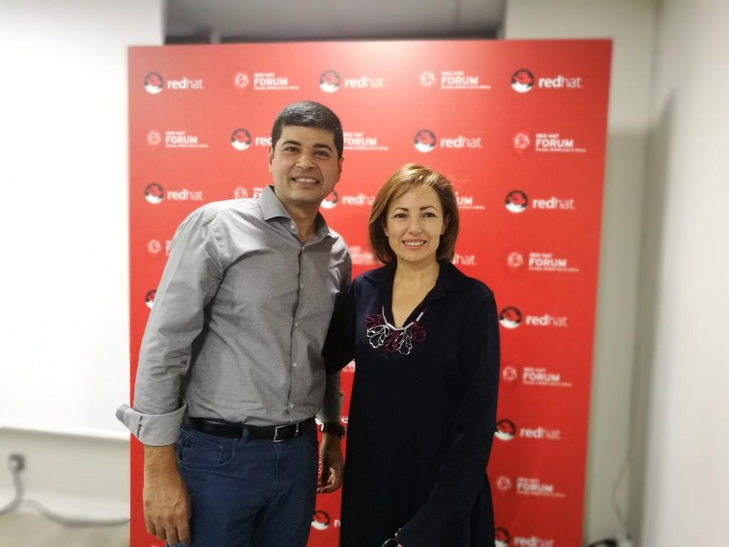 Ashesh Badani, vicepresidente y director general de OpenShift en Red Hat, junto con Julia Bernal, directora general de Red Hat Iberia, tras la rueda de prensa celebrada en el evento