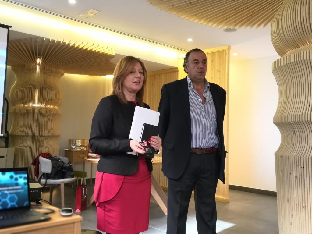 Isabel Reis y Ricardo Labarga, en un momento del encuentro con los medios de comunicación